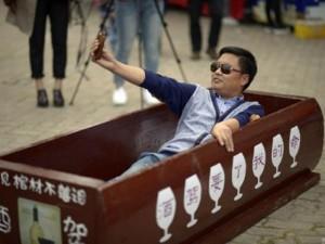 Phi thường - kỳ quặc - Trào lưu giả chết trong quan tài ở Trung Quốc
