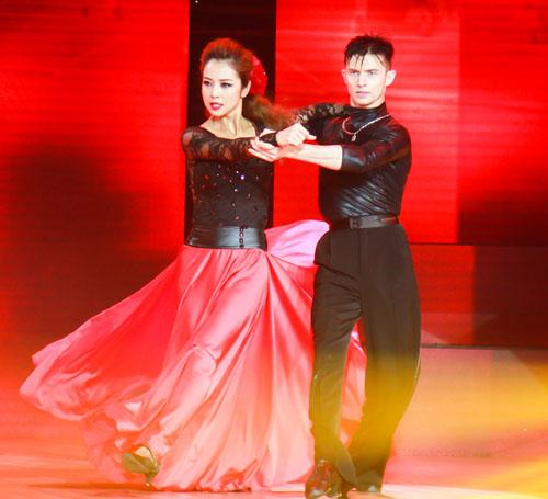 """Jennifer Phạm nóng bỏng dẫn đầu """"Bước nhảy hoàn vũ"""" - 2"""