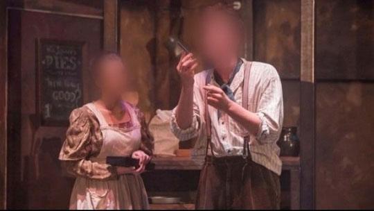 Diễn viên bất ngờ bị cắt cổ thật ngay trên sân khấu - 1