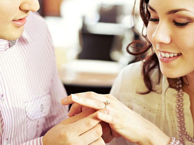Bạn có biết vì sao nhẫn đính hôn được đeo ở tay trái? - 1