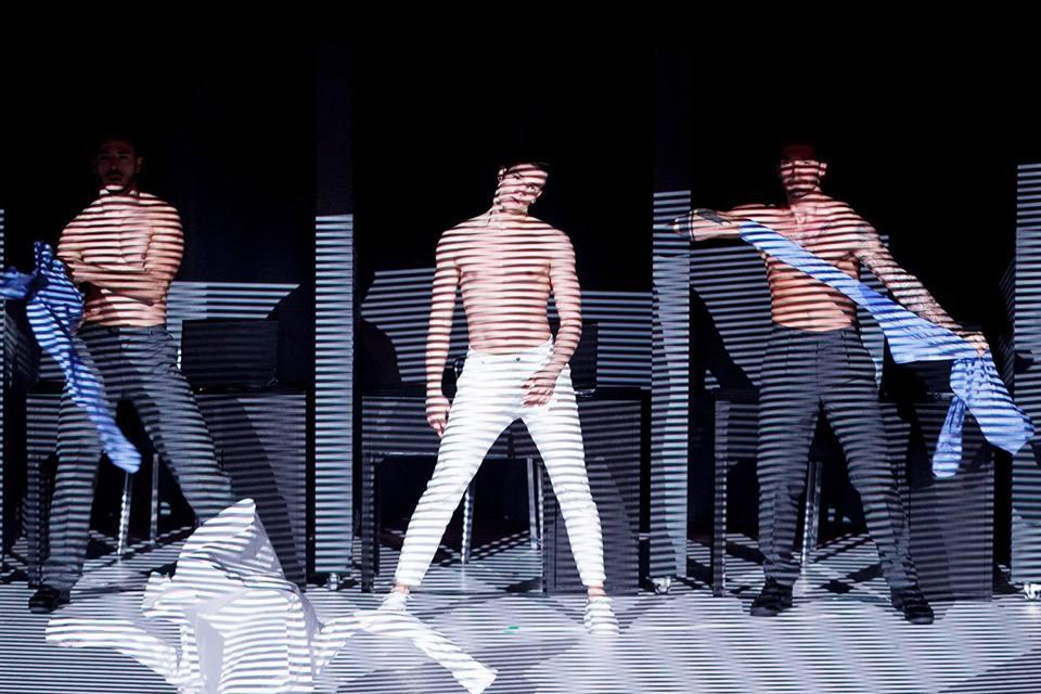Màn trình diễn nóng bỏng của các nam vũ công Italia - 1