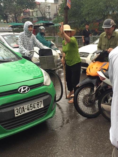 Clip: Bà bán nước, cô bán trái cây điều khiển giao thông - 2