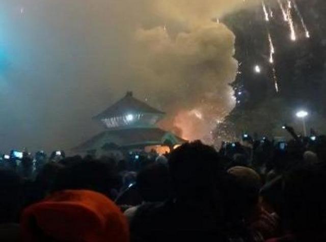 Ấn Độ: Đốt pháo hoa cháy đền thờ, chết 105 người - 2