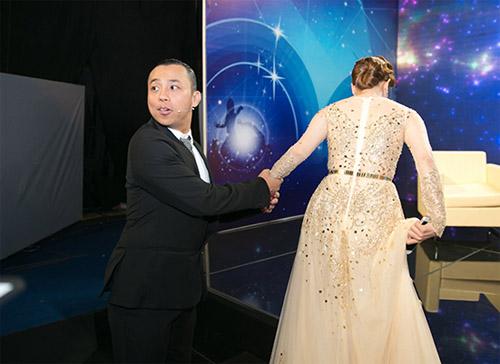 Chí Anh ga lăng dìu Khánh Thi sau hậu trường - 2