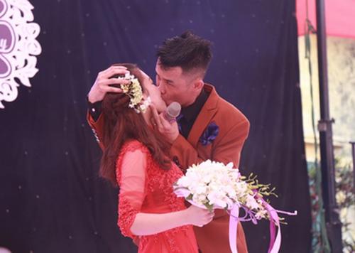 """Hiệp Gà """"khóa môi"""" vợ rất lâu trước hàng trăm người - 2"""