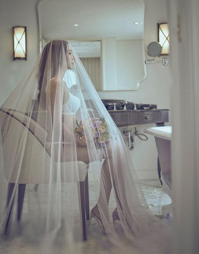 Người đẹp sinh năm 1980 không chọn màu váy trắng quen thuộc mà mặc nội y trắng, khoe đường cong ẩn hiện dưới lớp voan mỏng.