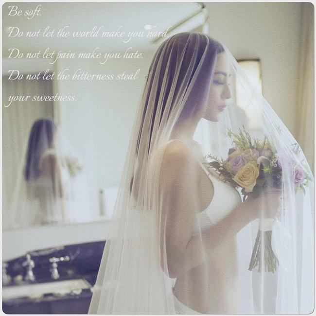 Siêu mẫu Ngọc Thúy nhận được nhiều lời khen ngợi khi tung ra bộ ảnh cưới gợi cảm