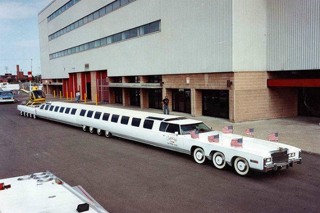 1. American Dream có chiều dài 30,5 mét, chạy trên 26 bánh xe.
