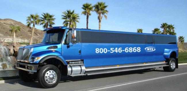 2. Big Blue Limo lừng lững như cá voi xanh, sẵn sàng cho các đại gia thuê để phục vụ các chuyến đi chơi xa xỉ ở các thành phố.