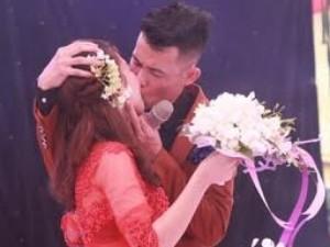 """Hiệp Gà """"khóa môi"""" vợ rất lâu trước hàng trăm người"""
