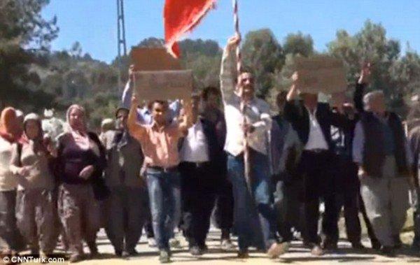 Trai làng biểu tình vì không được gái làng yêu - 1