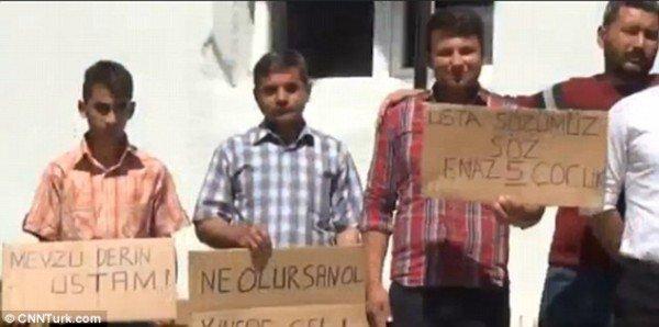 Trai làng biểu tình vì không được gái làng yêu - 2