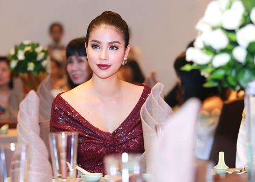 Phạm Hương khoe chân dài miên man với váy xẻ cao - 1