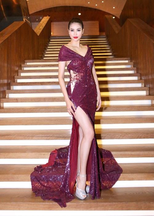 Phạm Hương khoe chân dài miên man với váy xẻ cao - 2