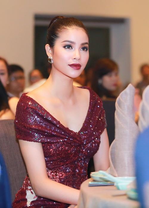 Phạm Hương khoe chân dài miên man với váy xẻ cao - 3