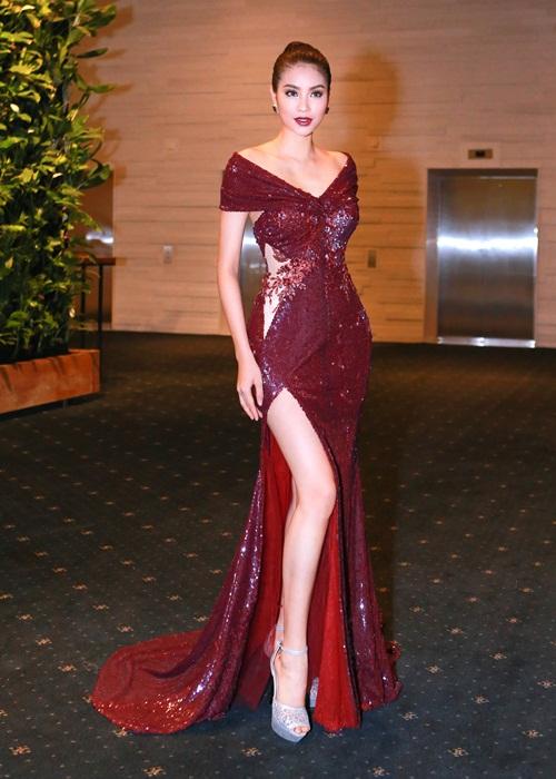 Phạm Hương khoe chân dài miên man với váy xẻ cao - 4
