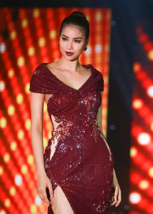 Phạm Hương khoe chân dài miên man với váy xẻ cao - 5