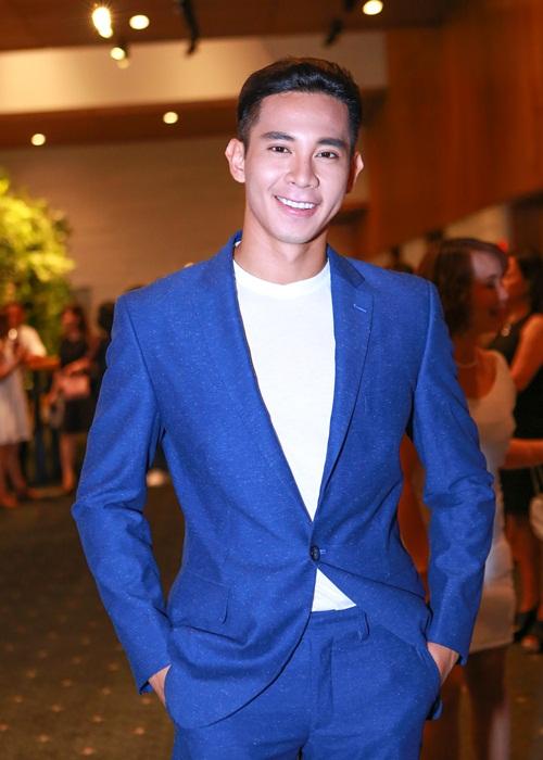 Phạm Hương khoe chân dài miên man với váy xẻ cao - 6
