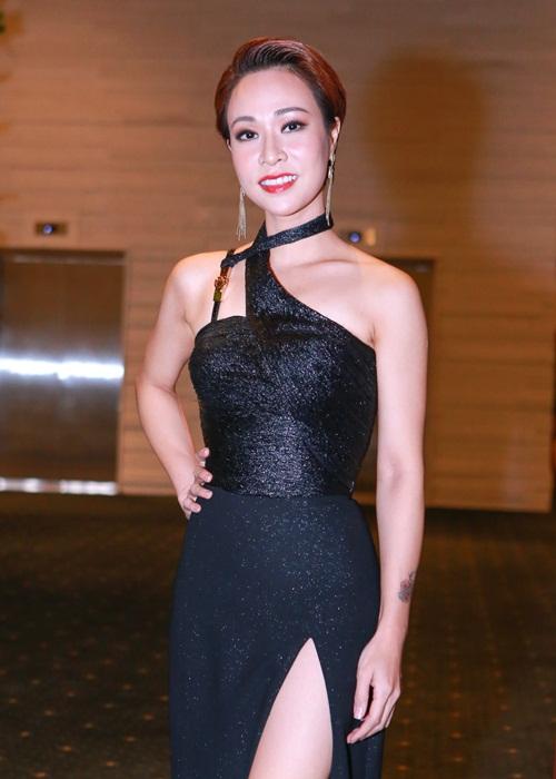 Phạm Hương khoe chân dài miên man với váy xẻ cao - 7