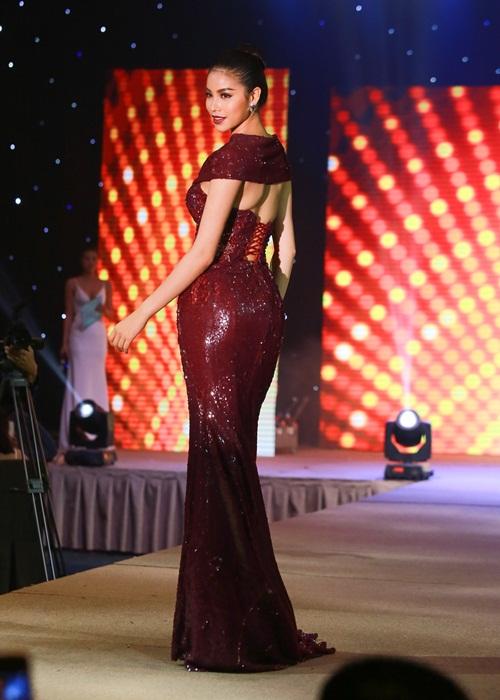 Phạm Hương khoe chân dài miên man với váy xẻ cao - 9