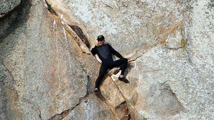 Chàng trai mắc kẹt giữa vách núi dựng đứng vì… cầu hôn - 1