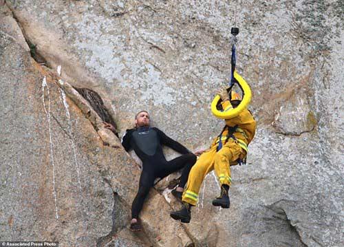 Chàng trai mắc kẹt giữa vách núi dựng đứng vì… cầu hôn - 2