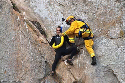 Chàng trai mắc kẹt giữa vách núi dựng đứng vì… cầu hôn - 3