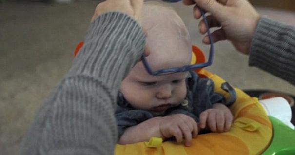 Clip bé 4 tháng tuổi mất thị lực lần đầu nhìn thấy mẹ - 1
