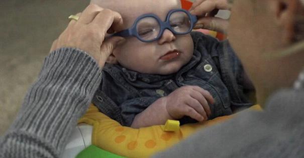 Clip bé 4 tháng tuổi mất thị lực lần đầu nhìn thấy mẹ - 2