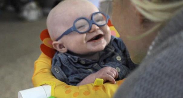 Clip bé 4 tháng tuổi mất thị lực lần đầu nhìn thấy mẹ - 3