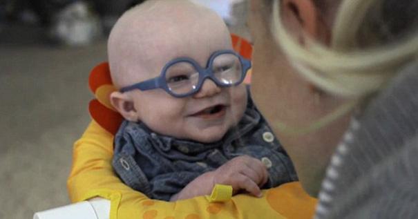 Clip bé 4 tháng tuổi mất thị lực lần đầu nhìn thấy mẹ - 4