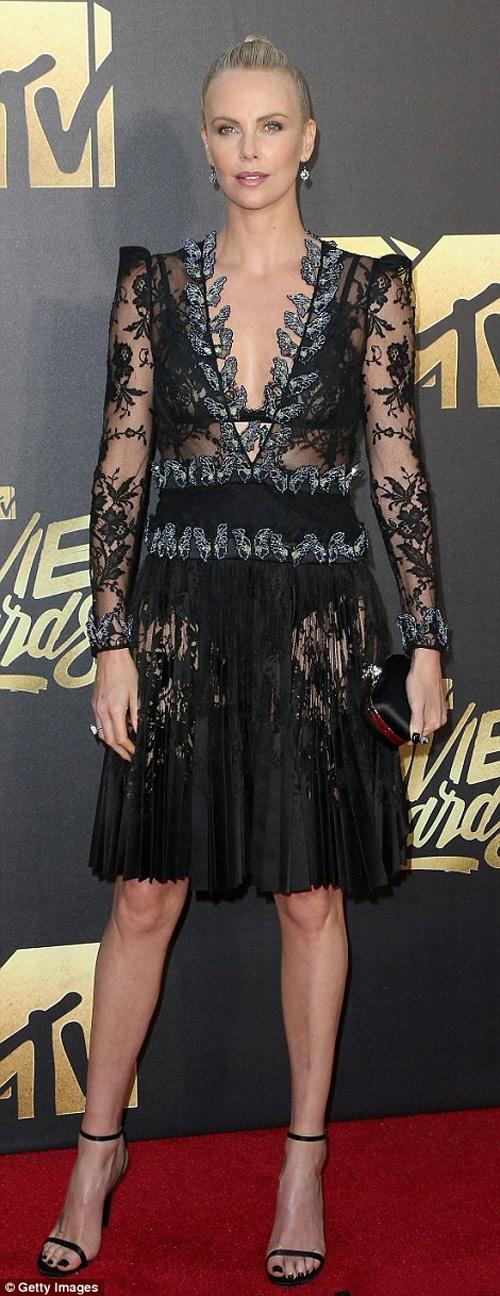 Kendall Jenner vất vả vì đôi sandal sexy, phiền toái - 5