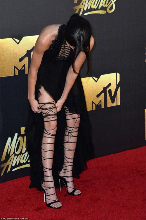 Kendall Jenner vất vả vì đôi sandal sexy, phiền toái - 3