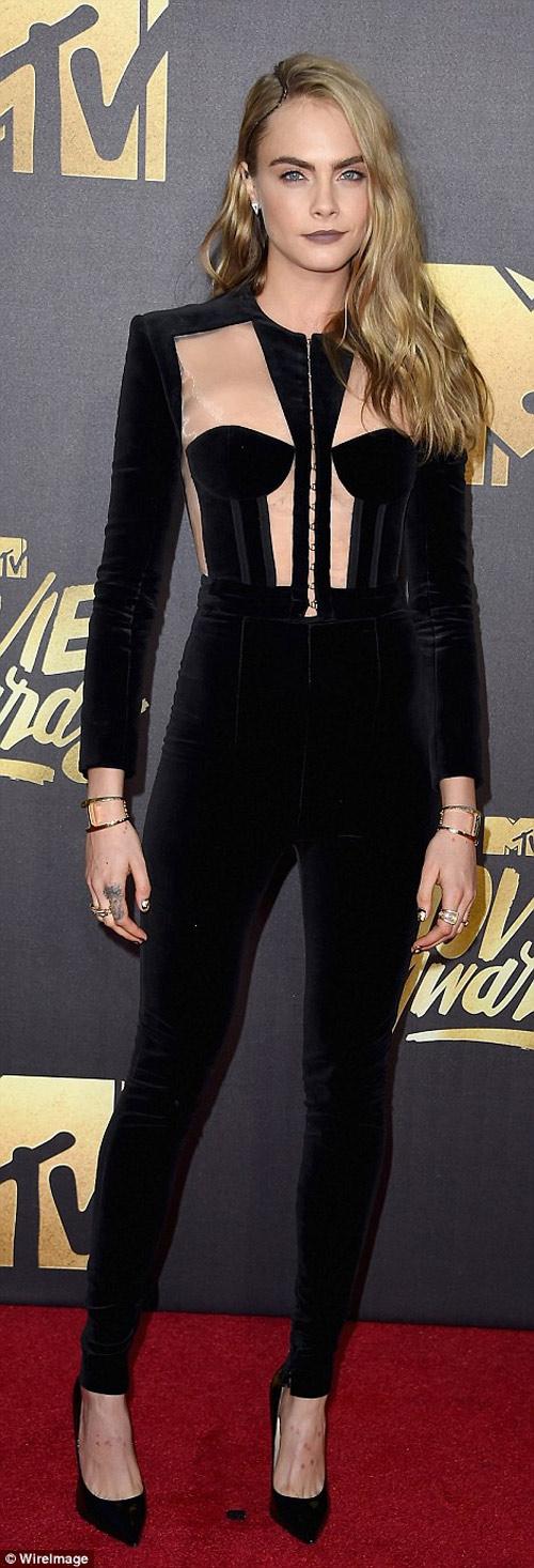 Kendall Jenner vất vả vì đôi sandal sexy, phiền toái - 9