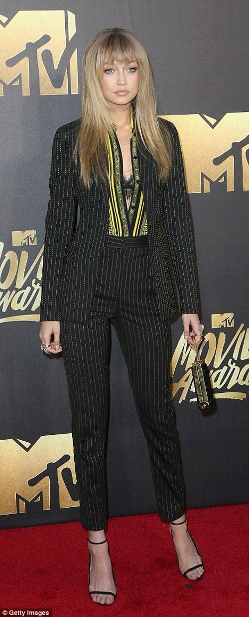 Kendall Jenner vất vả vì đôi sandal sexy, phiền toái - 7