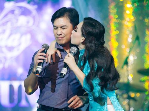 Mạnh Quỳnh ngại ngùng khi được Phi Nhung hôn má - 4