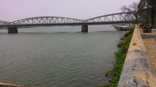 Huế sẽ làm đường đi bộ lát gỗ ngoài trời dọc sông Hương - 9