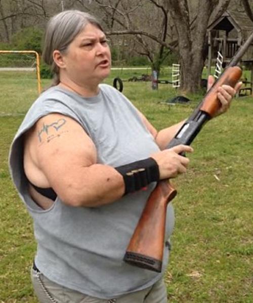 Mẹ dùng súng bắn nát iPhone 5c để dạy con - 2