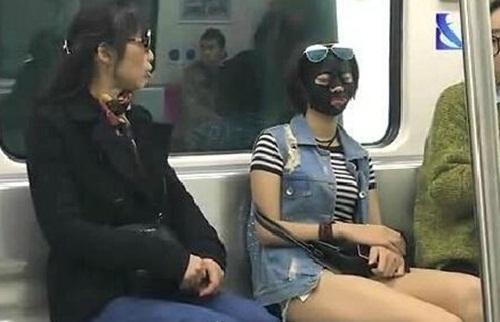 """Dân tình """"chạy mất dép"""" vì thiếu nữ đắp mặt nạ ra đường - 3"""