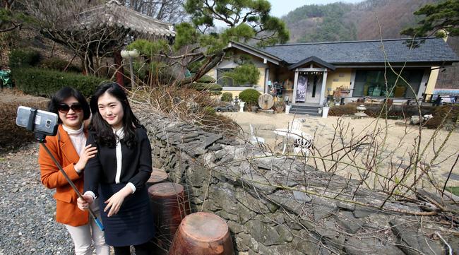 Du khách đổ xô đến nhà của bố mẹ Song Joong Ki chụp ảnh - 1