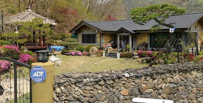 Du khách đổ xô đến nhà của bố mẹ Song Joong Ki chụp ảnh - 4