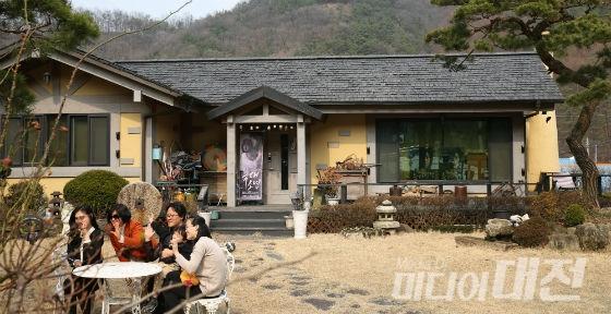 Du khách đổ xô đến nhà của bố mẹ Song Joong Ki chụp ảnh - 2
