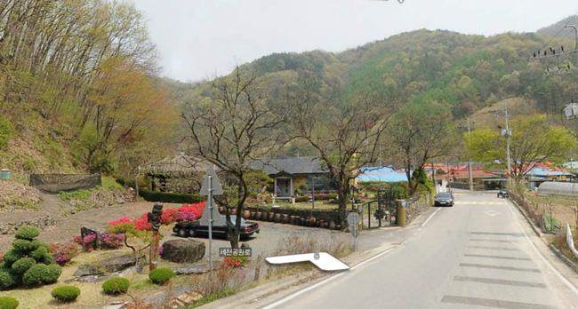Du khách đổ xô đến nhà của bố mẹ Song Joong Ki chụp ảnh - 7