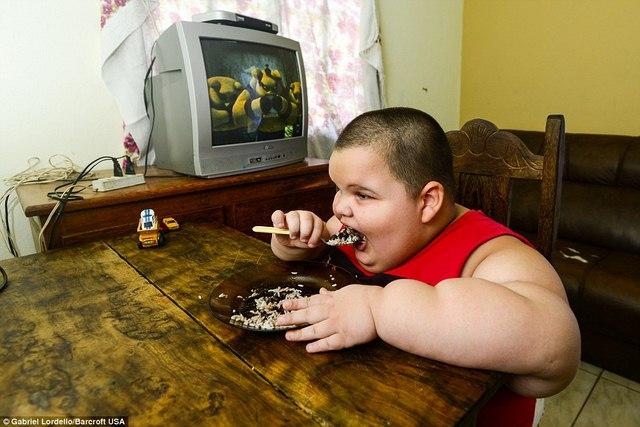 Brazil: Cậu bé 5 tuổi nặng 76kg - 2