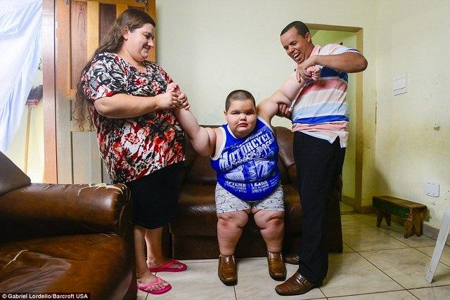 Brazil: Cậu bé 5 tuổi nặng 76kg - 3