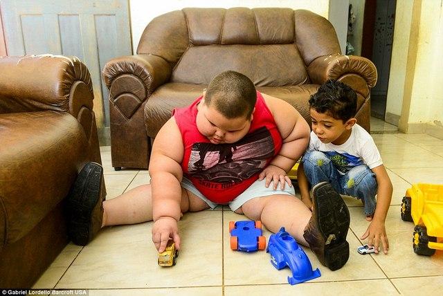 Brazil: Cậu bé 5 tuổi nặng 76kg - 4