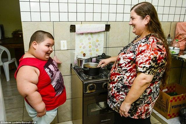 Brazil: Cậu bé 5 tuổi nặng 76kg - 6