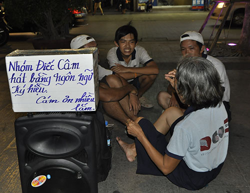 """TP.HCM: Hàng rong """"bủa vây"""" phố đi bộ Nguyễn Huệ - 2"""