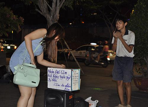 """TP.HCM: Hàng rong """"bủa vây"""" phố đi bộ Nguyễn Huệ - 4"""