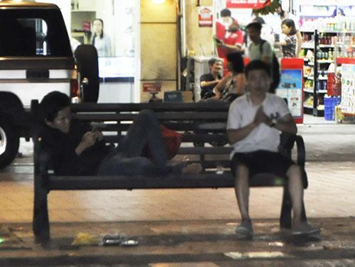 """TP.HCM: Hàng rong """"bủa vây"""" phố đi bộ Nguyễn Huệ - 12"""